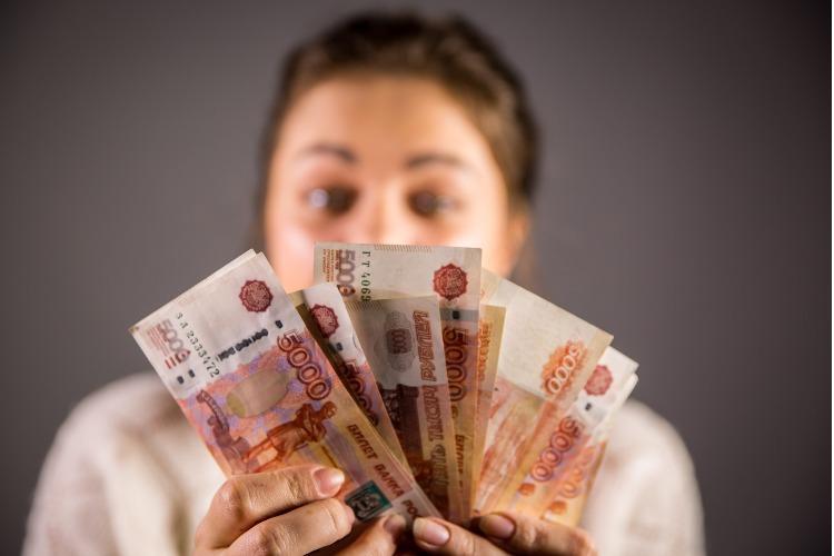 Карта, деньги и права. Жительница Балакова отработает 300 часов за кражу