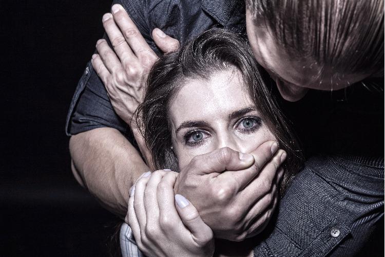 Секси-парочка подвергла подругу жестокому насилию