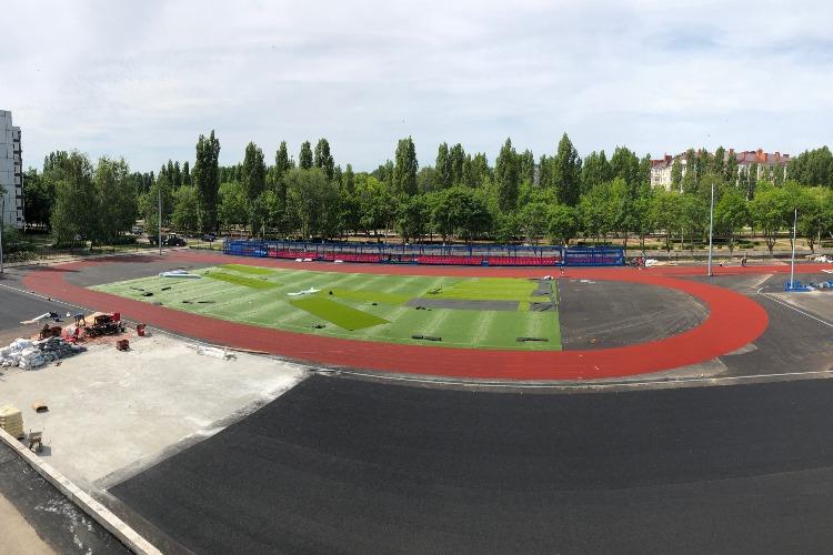 На уникальном физкультурно-спортивном комплексе, который возводится для города при поддержке Балаковской АЭС, монтируется оборудование и специальное покрытие
