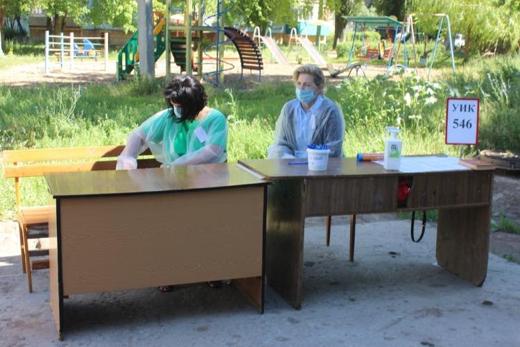 Стол и лавка, ведерко с ручками и томик детектива. В Балакове открылись уличные участки для голосования. Наш фоторепортаж