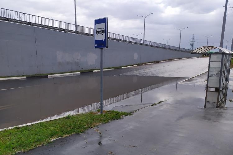 О малых водоемах Волжской Венеции. Лужу на остановке перед мостом Победы откачали