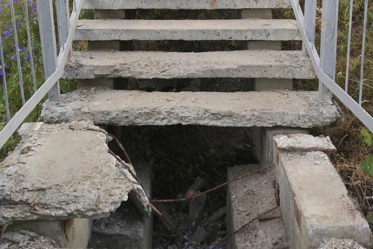 О, чья ты, лестница? И кто тебя починит?