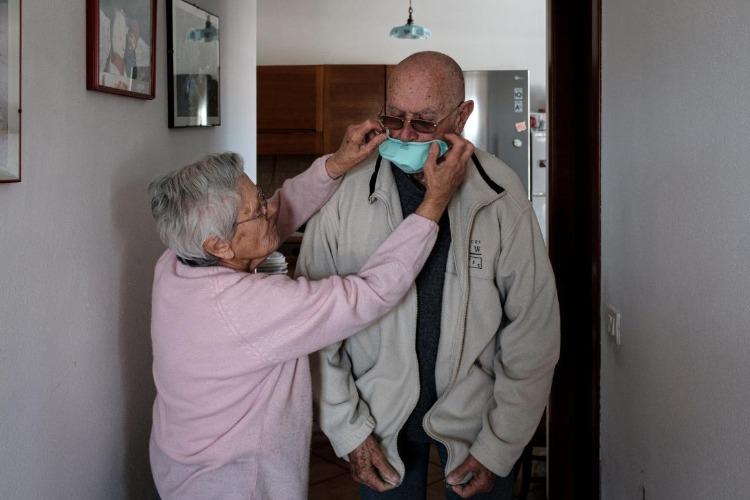 Электронные больничные работающим пенсионерам в возрасте 65 лет и старше продлены по 9 августа
