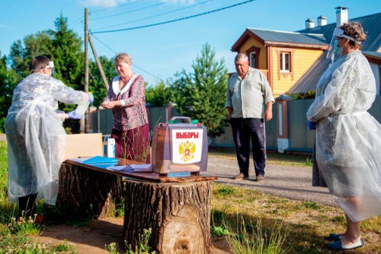 Путин подписал закон о трехдневных выборах и разрешил голосовать во дворах