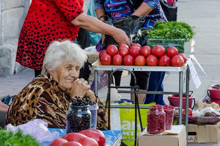 Бабушек с помидорами и ягодой пока решили не сердить