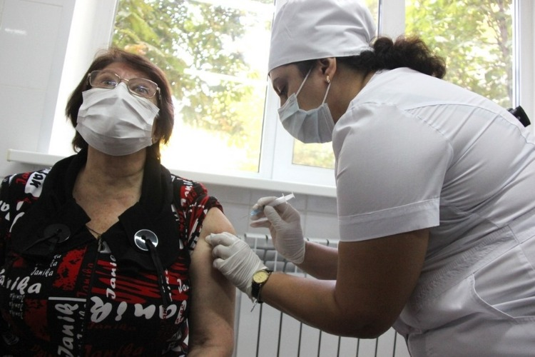 В Саратове сделали первые прививки от коронавируса. Кто их получил?