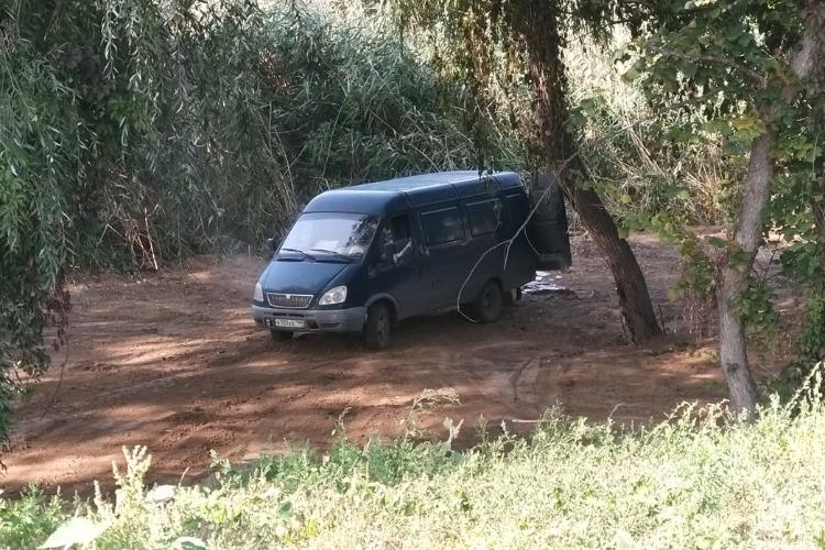В Балакове неизвестные на Газели выбросили мусор у озера. Видео