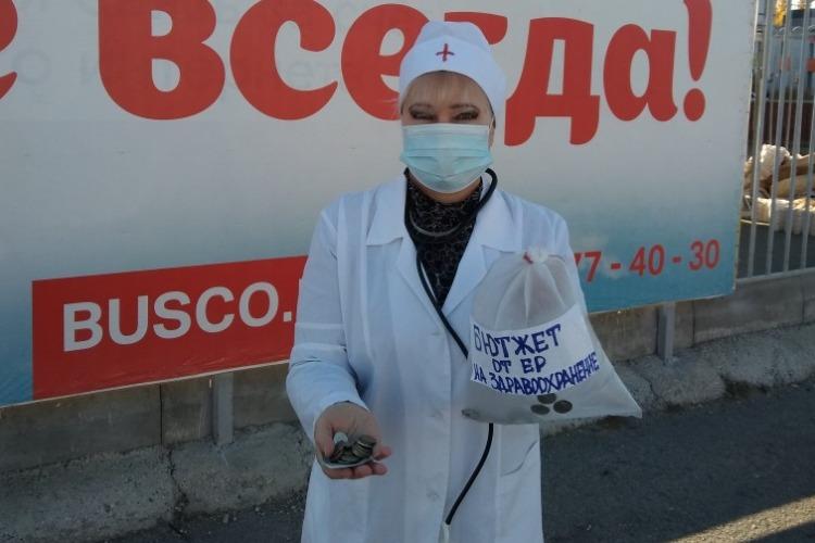 Надежда Познякова в одеянии врача встала с протянутой рукой