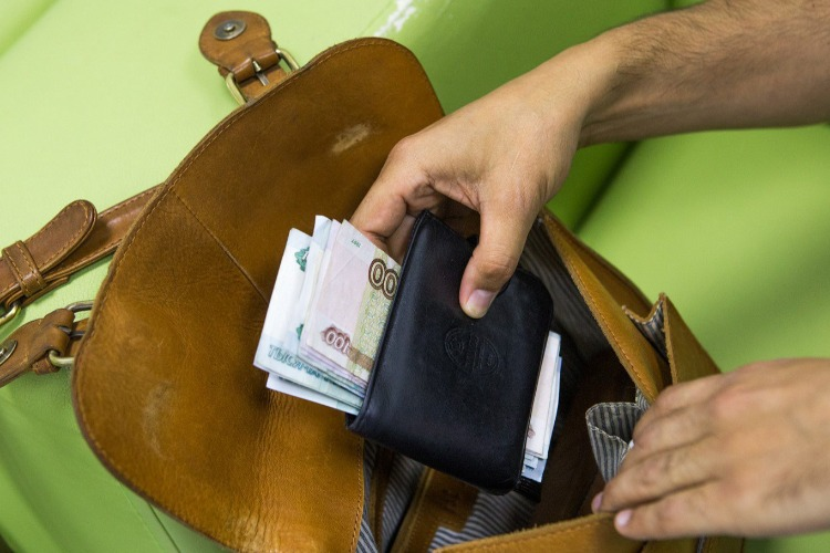 В Балакове юный рецидивист обокрал девушку в кафе на 61 тысячу рублей