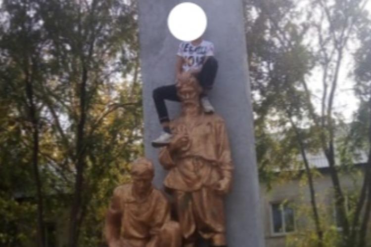 Залезшего на памятник подростка ищет полиция