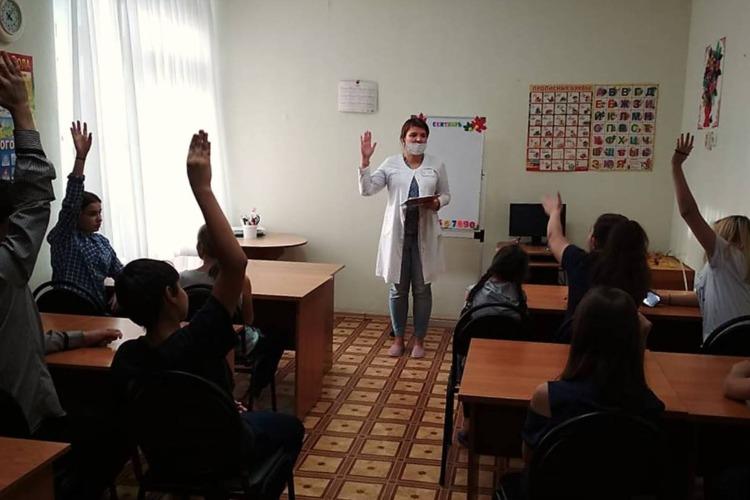 С воспитанниками центра семья проводят занятие по профилактике насилия