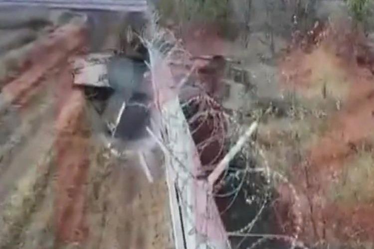 Срочники на БМП сломали забор аэропорта. Видео