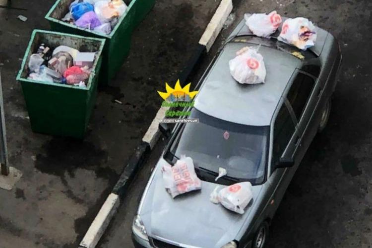 Автохам поплатился за парковку у мусорки