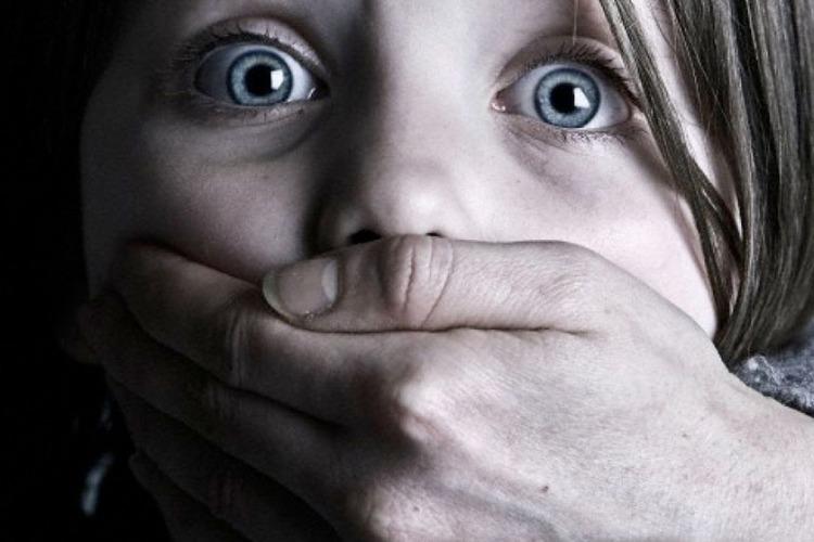 Насколько легко украсть ребенка посреди оживленной улицы? Видео мрачного соцэксперимента