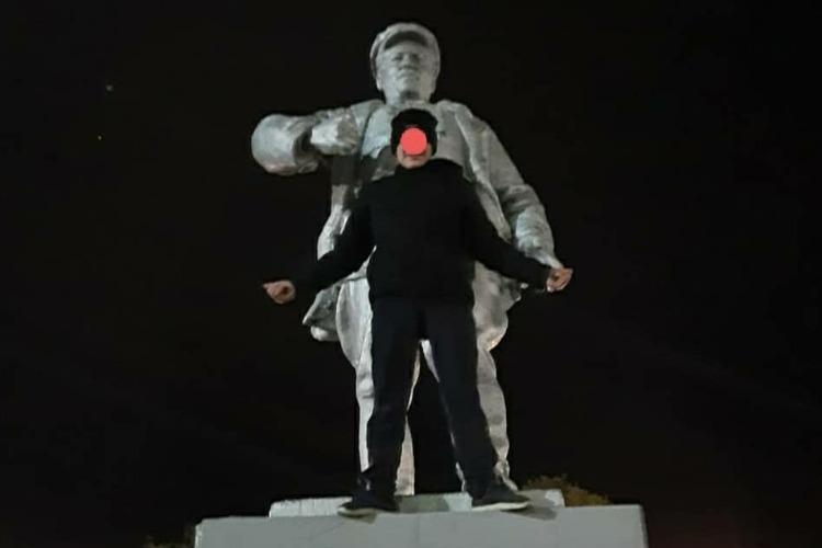 Еще один подросток залез на памятник ради фотосессии