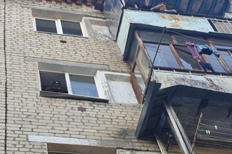 Мать, выбросившая с балкона двух своих дочек, освобождена от наказания