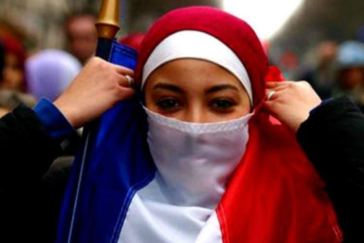 Сегодня Францию сотрясает новая волна безумств