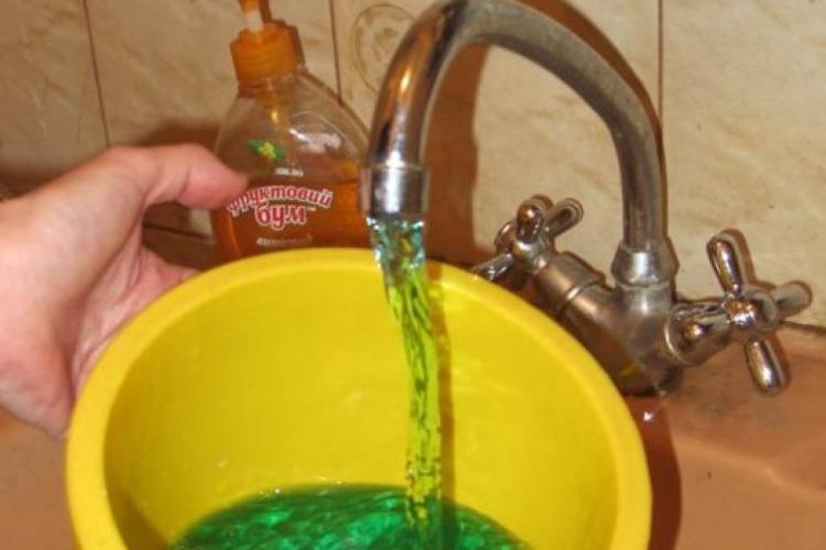 Из крана течет желто-зеленая вода? Не пугайтесь!