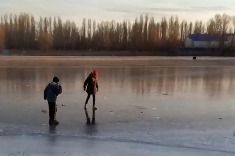 Активисты патрулируют водоемы Балакова и снимают детей со льда