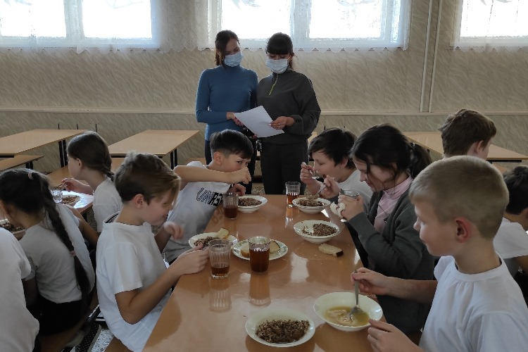 Родители проверили горячее питание в школе Балакова