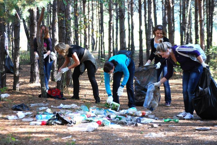 Собирает пластик и спасает жизни детей. Видео