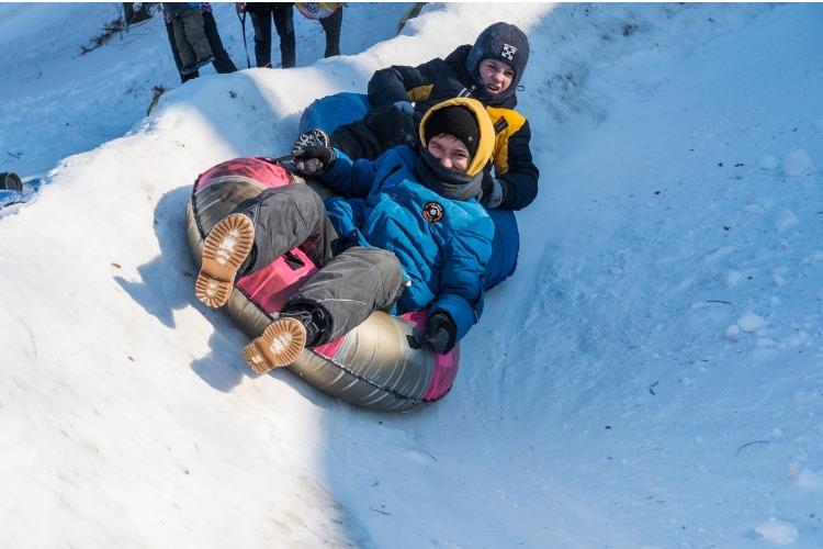 Два друга подарили балаковским детям снежную горку