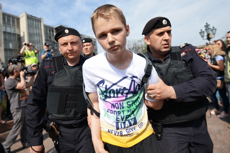 """Что случилось этой ночью. Роскомнадзор потребовал от """"ВКонтакте"""" пресечь вовлечение детей в протесты"""