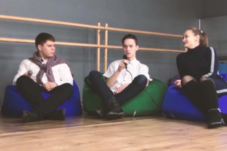 Балаковские студенты присели на пуфы и обсудили образование
