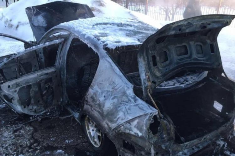 В Балакове на обочине дороги дотла сгорел автомобиль