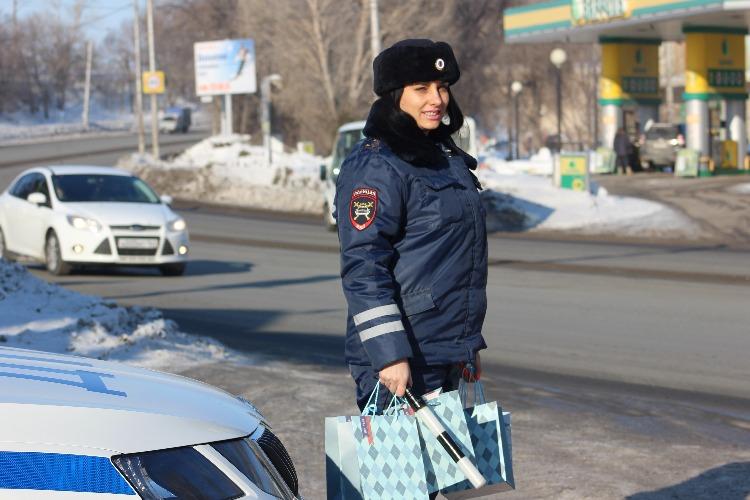 Балаковская госавтоинспекция поздравила водителей с наступающим Днем защитника Отечества