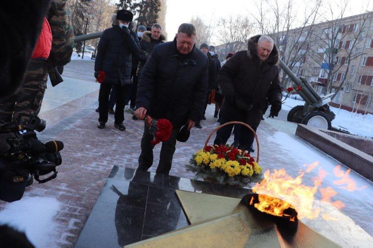 Николай Панков возложил цветы к Обелиску в Балакове