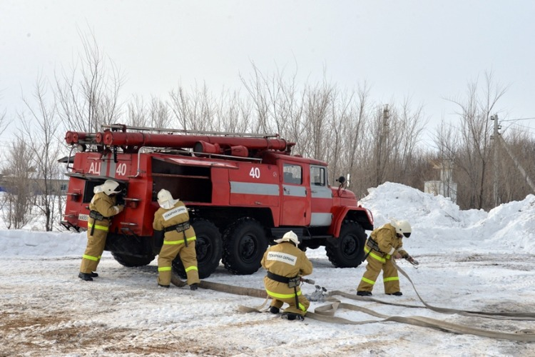 В Балакове 11 пожарных тушили бытовое помещение в промзоне