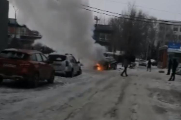 В Балакове горел автомобиль на улице Академика Жука