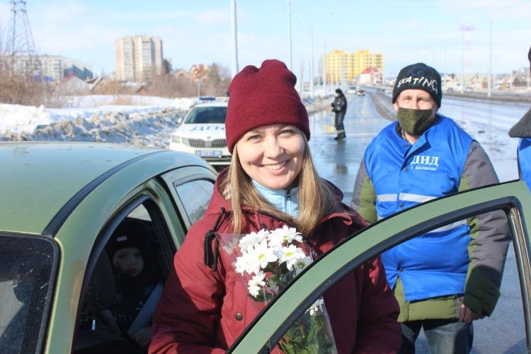 В Балакове инспекторы ГИБДД дарили цветы женщинам-водителям