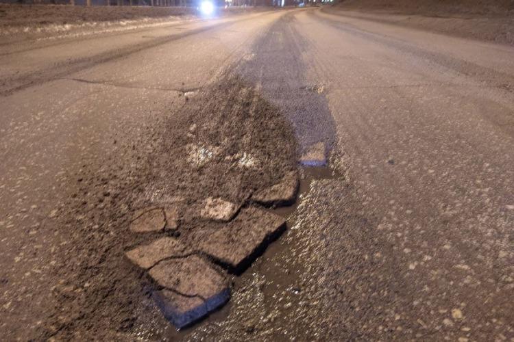 В Балакове дорожные ямы на федеральной трассе заложили кирпичом. Обыватель по своему обыкновению глумится