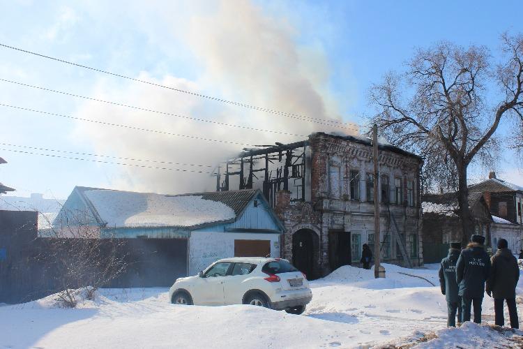 В Балакове горит многоквартирный дом в старом городе