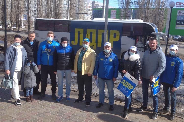 Десант ЛДПР в Балакове: Чуть не сломали автобус и одарили жителей семенами