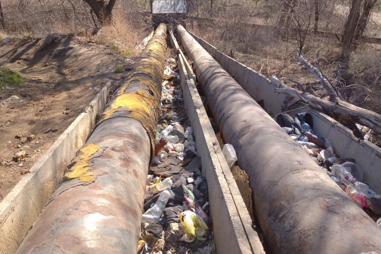 В Балакове трубы Т Плюс завалены мусором. Тепловики во всем винят жителей
