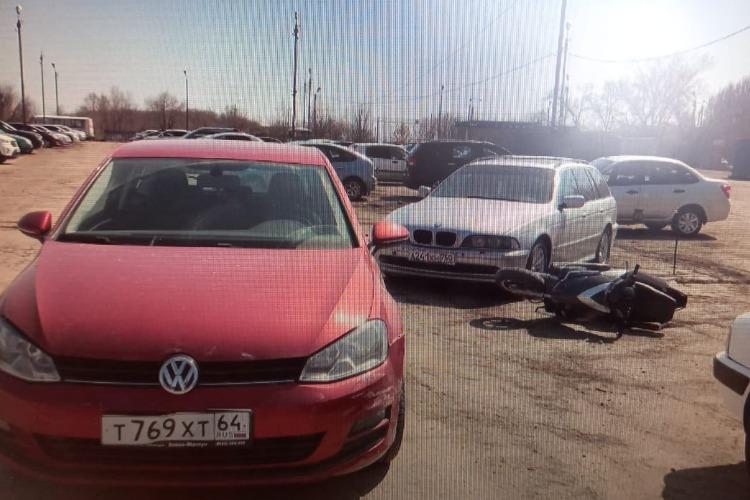 В Балакове автоледи на Фольксвагене врезалась в БМВ и мопед