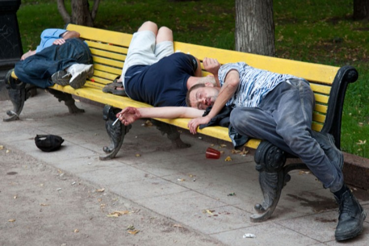 Молодой балаковец снял со спящего на лавочке золото и телефон
