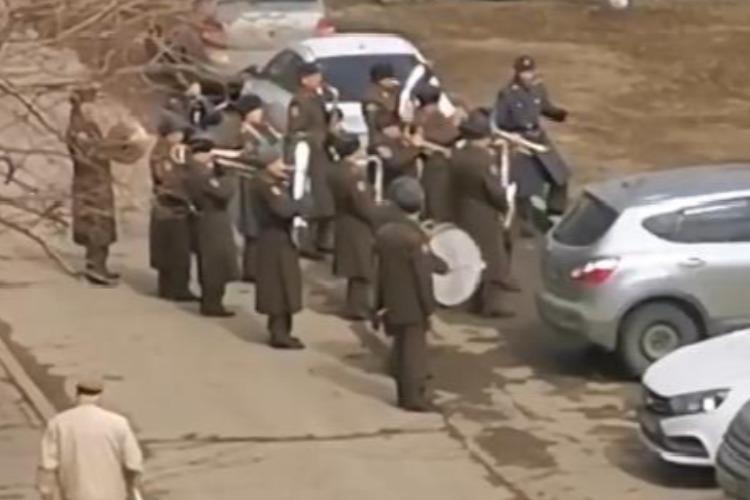 Сыграли для ветерана и местной детворы. Видео