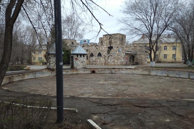 На месте заброшенного фонтана у Старого замка идет строительство. Что здесь будет?