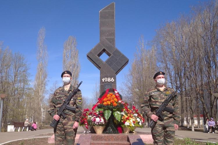 В Балакове возложили цветы к памятнику чернобыльцам