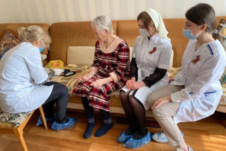 Медики и студенты-волонтеры пригляделись к здоровью ветеранов