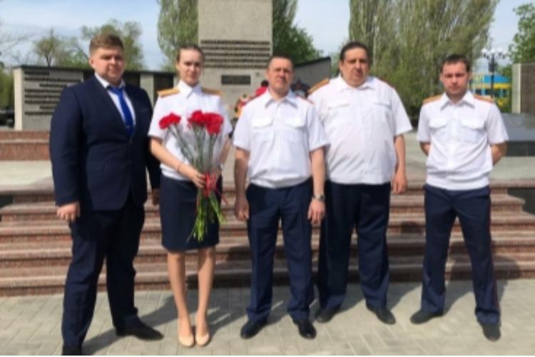 Балаковские следователи возложили цветы к Обелиску
