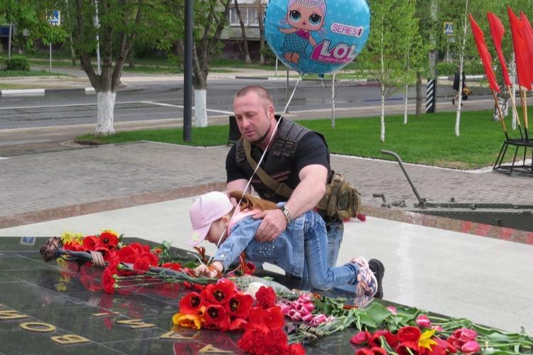 Возложение цветов к Обелиску. Прямой эфир Sutynews