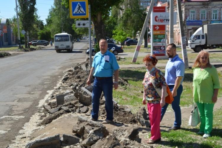 Общественники вышли на разрытые тротуаро-тропы