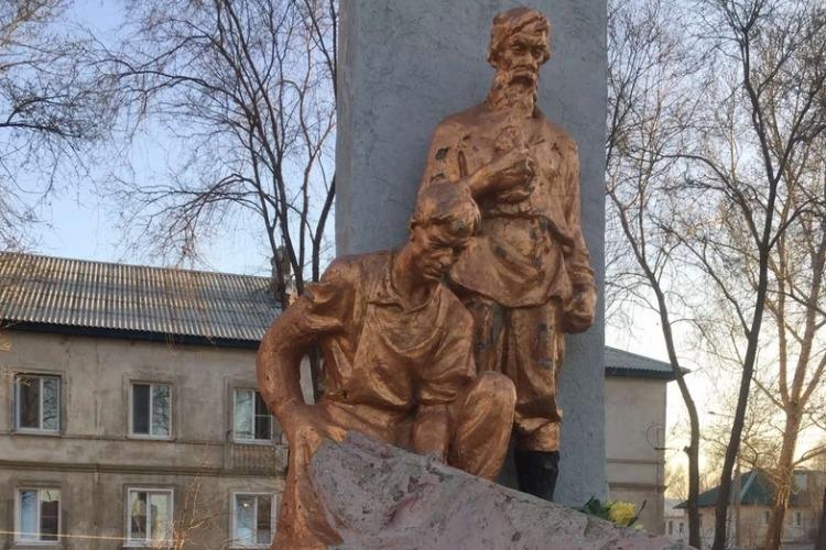 Единороссы отреставрируют памятник коммунистов
