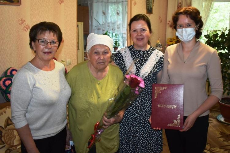 Труженицу тыла поздравили с 90-летним юбилеем