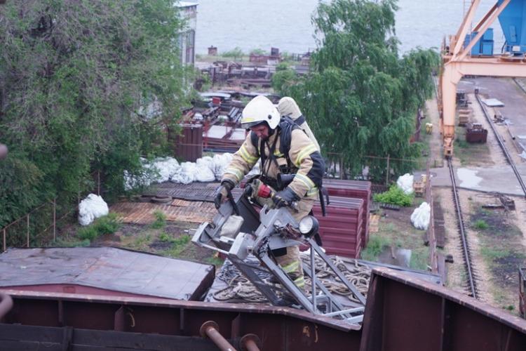 На Балаковском Судремзаводе потушили пожар на судне
